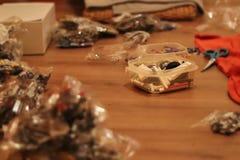 Os componentes do brinquedo encontram-se distribuído no assoalho fotos de stock