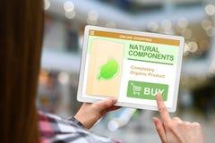 Os componentes naturais conceito, menina guardam a tabuleta digital no fundo borrado da alameda fotografia de stock royalty free