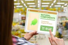 Os componentes naturais conceito, menina guardam a tabuleta digital no fundo borrado da loja imagens de stock