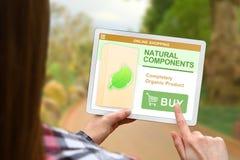 Os componentes naturais conceito, menina guardam a tabuleta digital no fundo borrado da natureza fotos de stock royalty free