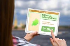 Os componentes naturais conceito, menina guardam a tabuleta digital no fundo borrado das nuvens foto de stock