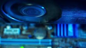 Os componentes no close-up extra da poeira, o fã de trabalho do PC da placa de vídeo dentro do computador, para de trabalhar, tem filme