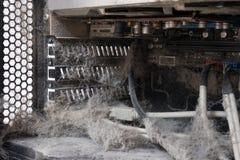 Os componentes principais dos cabos antiquados, empoeirados e não-trabalhando do computador, da fonte e de dados Foto de Stock