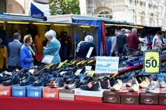 Os compradores no mercado de rua podem pagar usando seus cartões de crédito Fotografia de Stock