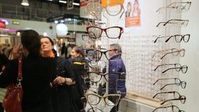 Os compradores que escolhem vidros óticos novos no ótico compram filme