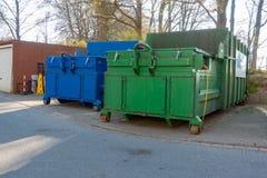 os compressores do lixo estão estando no pátio de um hospital imagens de stock royalty free