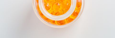 Os comprimidos amarelos marcam em um fundo branco fotografia de stock