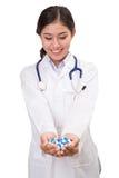 Os comprimidos, as tabuletas e as drogas empilham na mão do ` s do doutor imagens de stock royalty free