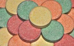 Os comprimidos coloridos do antiácido fecham-se acima imagens de stock