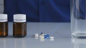 Os comprimidos e a imagem das drogas precisam-no para o tratamento médico imagem de stock