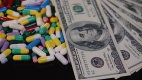 Os comprimidos médicos estão nos dólares Drogas caras, negócio farmacêutico O desenvolvimento e a produção de drogas video estoque