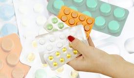 Os comprimidos nas mãos dos doutores na perspectiva do diff Foto de Stock