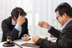 Os conceitos da lei, advogado dão o parecer jurídico ao homem de negócios sobre o caso no escritório imagens de stock royalty free