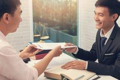 Os conceitos da lei, advogado d?o o parecer jur?dico ao homem de neg?cios sobre o caso no escrit?rio imagens de stock royalty free