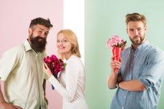 Os concorrentes dos homens com tentativa das flores dos ramalhetes conquistam a menina Conceito do coração quebrado Sorriso da me fotografia de stock