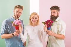 Os concorrentes dos homens com tentativa das flores dos ramalhetes conquistam a menina Presentes de sorriso da rejeição da menina imagens de stock