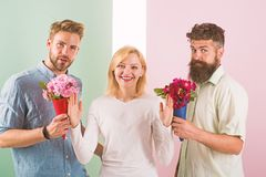 Os concorrentes dos homens com tentativa das flores dos ramalhetes conquistam a menina Presentes de sorriso da rejei??o da menina imagem de stock