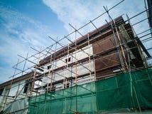 Os condomínios estão sob a construção na cidade foto de stock