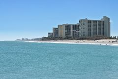 Condomínios modernos na praia de Jupiter Fotos de Stock Royalty Free