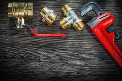 Os conectores da chave de tubulação do encanamento molham a válvula no vintage BO de madeira imagens de stock