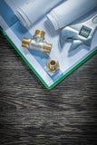 Os conectores da tubulação do encanamento da chave ajustável rolaram a construção d imagem de stock