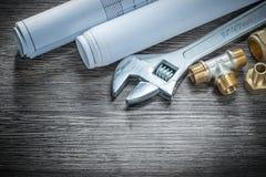 Os conectores da tubulação do encanamento da chave ajustável rolaram a construção d foto de stock royalty free