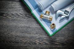 Os conectores da tubulação do encanamento da chave ajustável rolaram a construção p imagens de stock