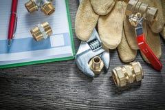 Os conectores da tubulação do encanamento da chave inglesa ajustável cobrem g protetor foto de stock