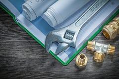 Os conectores da tubulação do encanamento da chave inglesa ajustável rolaram a construção foto de stock royalty free