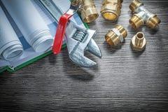 Os conectores da tubulação do encanamento da chave inglesa ajustável rolaram a construção imagens de stock