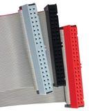 Os conectores do IDE e os cabos de fita para HDD duro conduzem no computador do PC, isolado, vermelho, cinza, preto, close up mac foto de stock