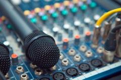 Os conectores são conectados ao misturador audio fotografia de stock