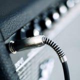 Os conectores são conectados no amplificador da guitarra das entradas do áudio fotos de stock royalty free