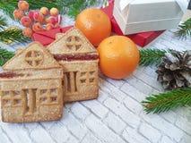 Os cones da decoração do vintage do Natal, pão-de-espécie, abeto ramificam fundo do branco do tijolo dos deleites fla fotos de stock royalty free