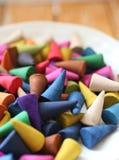 Os cones do incenso são coloridos Fotos de Stock