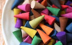 Os cones do incenso são coloridos Imagens de Stock