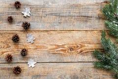 Os cones do pinho para a celebração do ano novo com ramos de árvore da pele no fundo de madeira cobrem o modelo do veiw Imagens de Stock