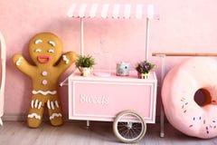 Os confeitos decoraram a sala cor-de-rosa Fotos de Stock