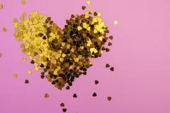 os confetes Cora??o-dados forma dispersaram em um fundo cor-de-rosa Celebra??o e partido, conceito Copie o espa?o fotos de stock royalty free