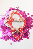 Os confetes na forma dos corações dispersaram na tabela Imagem de Stock