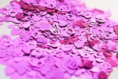 Os confetes na forma dos corações dispersaram na tabela Fotografia de Stock