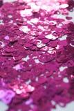 Os confetes na forma dos corações dispersaram na tabela Fotografia de Stock Royalty Free
