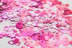 Os confetes na forma dos corações dispersaram na tabela Foto de Stock Royalty Free