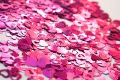 Os confetes na forma dos corações dispersaram na tabela Imagem de Stock Royalty Free