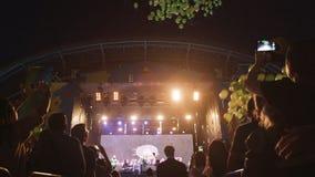 Os conjuntos do balão do verde da vista inferior voam afastado ao céu noturno escuro filme