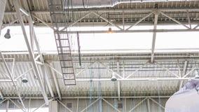 Os construtores da vista inferior fixam o grande timelapse da tubulação da ventilação filme