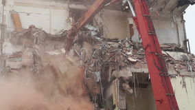Os construtores demolem a casa vídeos de arquivo