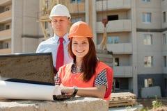 Os construtores trabalham no canteiro de obras imagem de stock royalty free