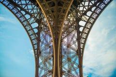 Os contornos do contraste alto dos arcos do metal do Eifel elevam-se imagens de stock royalty free