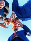 Os contramestres decidem em cima da liderança no fundo azul Construção urbana fotos de stock
